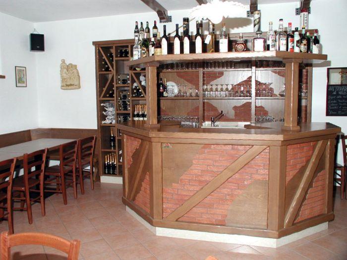 Un arredamento per bar su misura rustico for Decoracion barras de bar rusticas