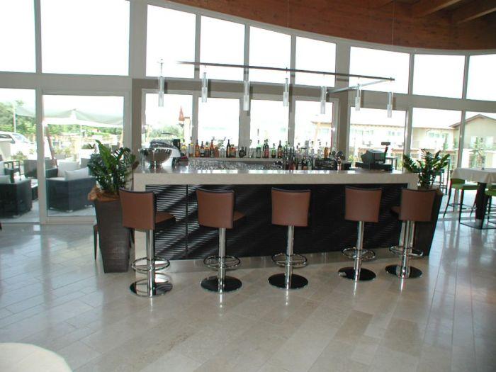 Un moderno arredamento per bar a brescia for Arredamento brescia