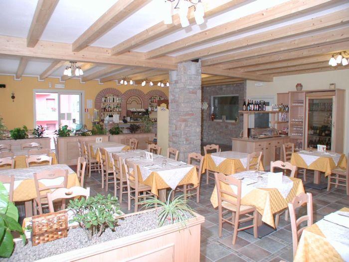 Arredamento per ristorante accogliente e famigliare for Arredamento rustico moderno