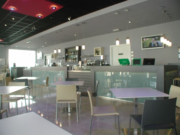 Awesome idee arredamento bar cc79 pineglen for Arredamento moderno bar