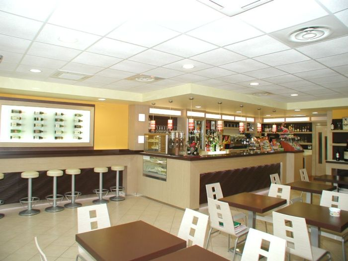 Un moderno arredamento per bar a brescia for Arredamenti bar brescia