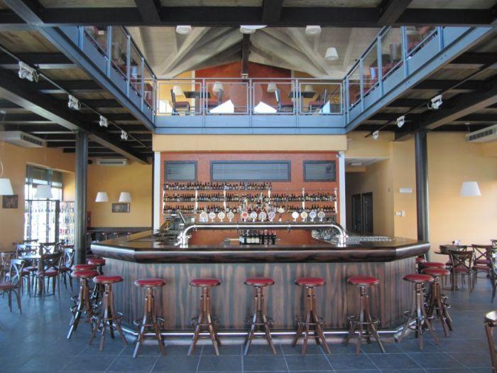 Arredo per birreria in stile bavarese for Arredamento wine bar